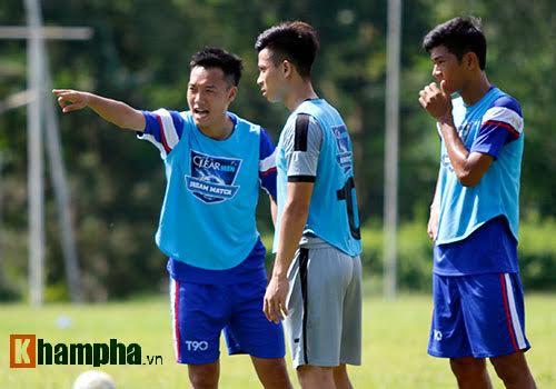 """Cầu thủ trẻ """"bở hơi tai"""" với Trợ lý của HLV Hữu Thắng"""